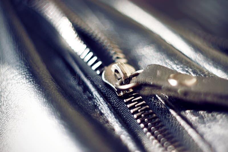 Metalu suwaczek na czarnej rzemiennej torbie obrazy royalty free