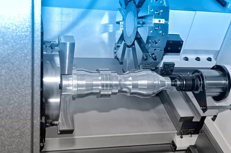 Metalu szczegół na przemysłowej tokarce Błękitny tonowanie obraz stock