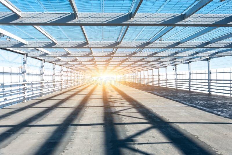 Metalu tunelowy greting z jaskrawym światłem przy końcówką fotografia stock