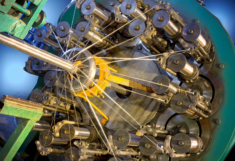 Metalu węża elastycznego szamerowania maszyna Kruszcowy warkocz zdjęcie stock