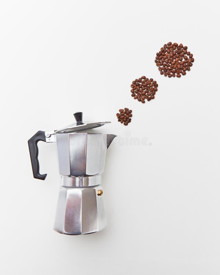Metalu Włoski kawowy producent z kawowymi fasolami w postaci okręgi kontrpara na białym tle z kopii przestrzenią zdjęcia stock