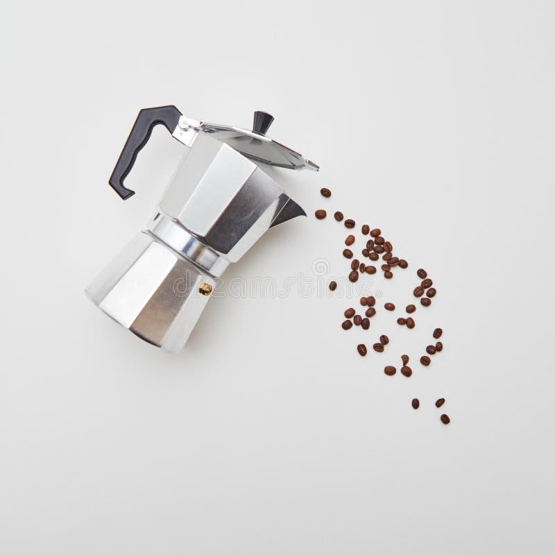 Metalu Włoski kawowy producent z kawowymi fasolami w postaci polanej kawy na białym tle z kopii przestrzenią mieszkanie obraz royalty free