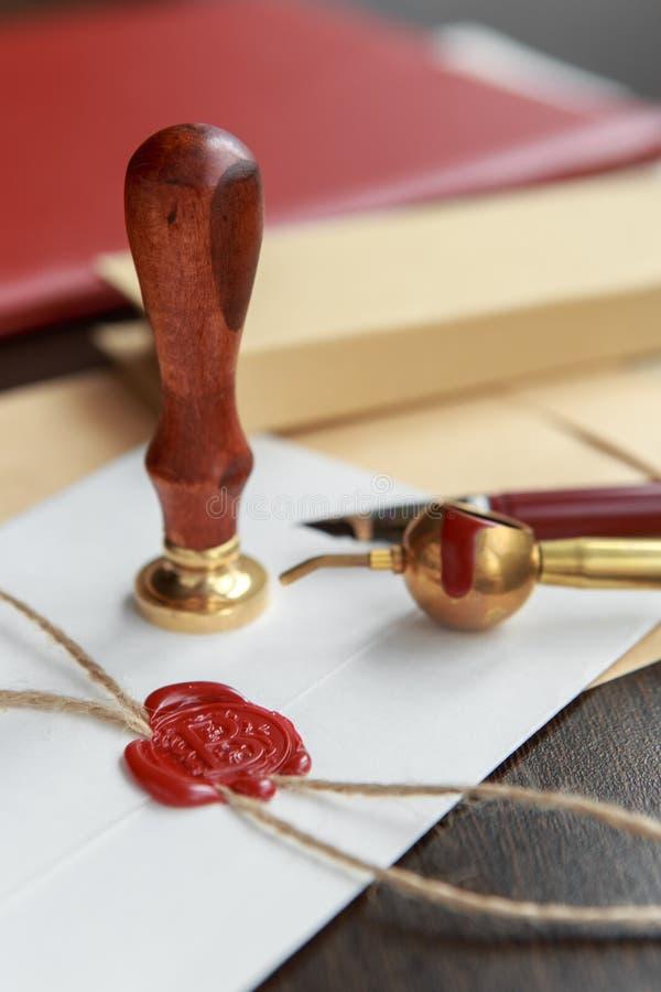 Metalu wosku notariusza społeczeństwa stemplówka na starym dokumencie Kancelaria prawna obraz stock