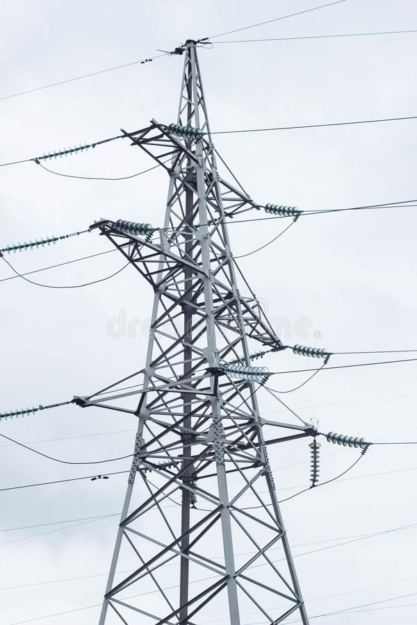 Metalu wysokonapięciowy poparcie, elektryczna wiertnica przeciw niebu, zakończenie zdjęcie royalty free