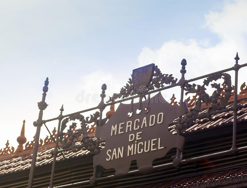 Metalu znak przy wejściem rynek San Miguel, Madryt zdjęcia stock