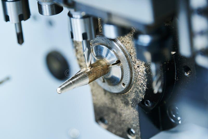 Metalurgia que muele Metal del CNC que trabaja a máquina por el molino vertical Líquido refrigerador y lubricación imágenes de archivo libres de regalías
