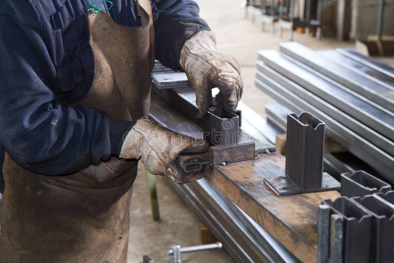 Metalworker em sua oficina foto de stock royalty free