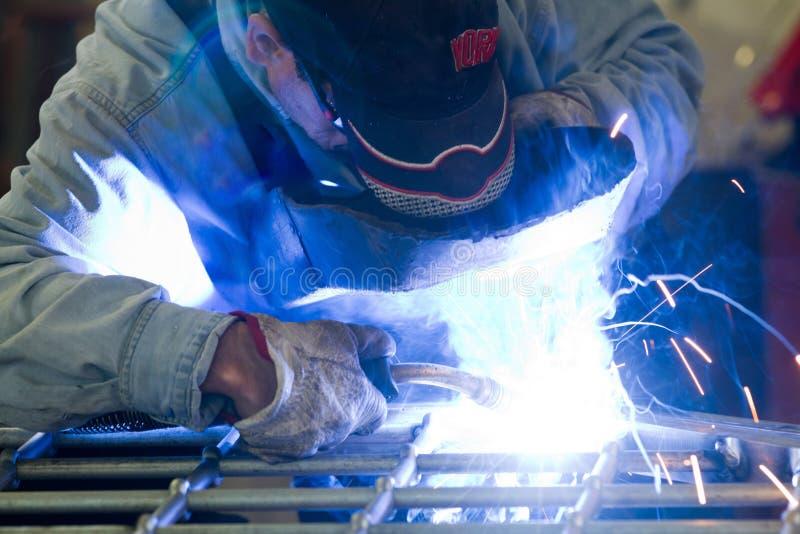 Metalworker em sua oficina imagens de stock