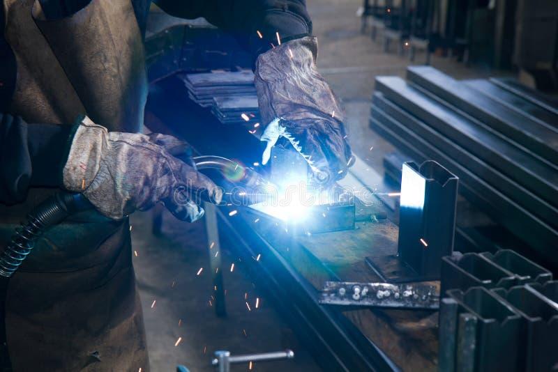 Job eines Metallbauers: Schweissen von Metallbauteilen.