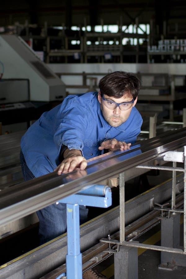 Metalworker que trabalha na tela imagens de stock