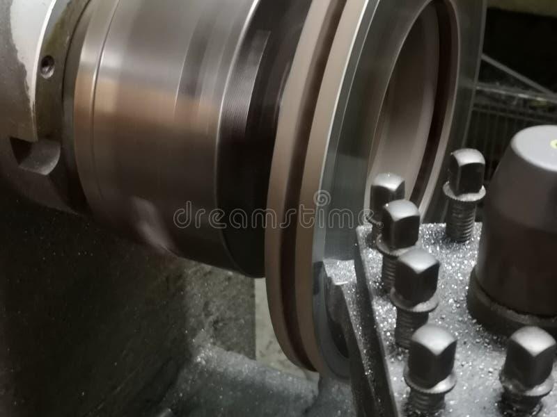 Metalworking bransch: Stäng sig upp metall som arbetar på drejbänkmaskinen royaltyfri foto