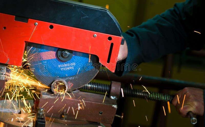 Metalworking detalj för roterande såg med gnistor royaltyfria foton