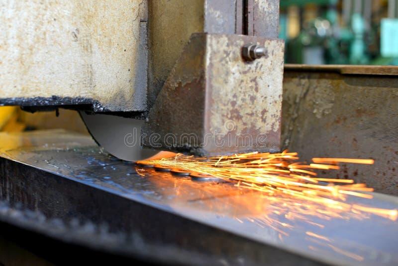 Metalworking przemysł: wykończeniowy metal pracuje na horyzontalnej powierzchni ostrzarza maszynie z lataniem iskrzy obraz royalty free