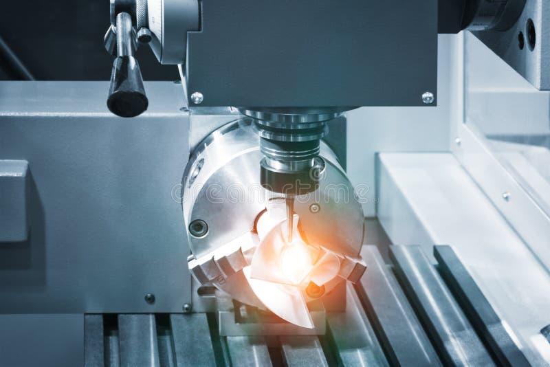 Metalworkingbransch borra ett h?l p? modern metall som arbetar bearbeta med maskin mitten arkivbilder