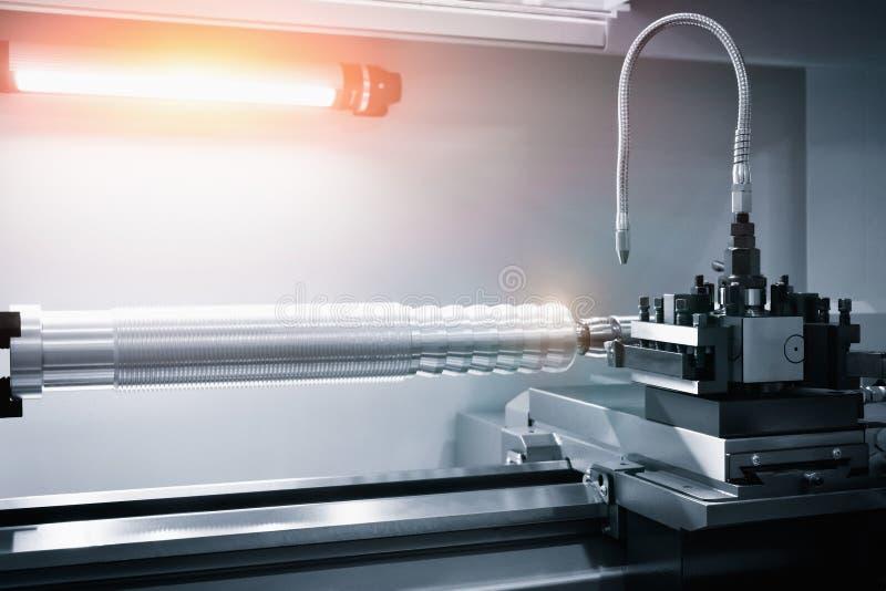 Metalworkingbransch borra ett h?l p? modern metall som arbetar bearbeta med maskin mitten royaltyfria bilder