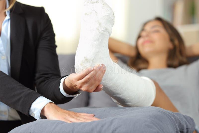 Metapher eines Versicherungsagenten, welche einer behinderten Frau hilft lizenzfreie stockbilder