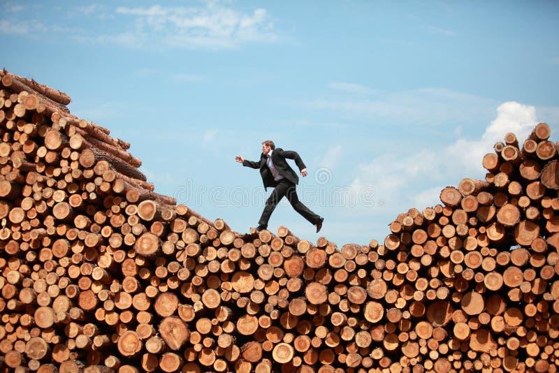 Metapher - laufender Geschäftsmann auf seiner Weise zur Spitze stockbild