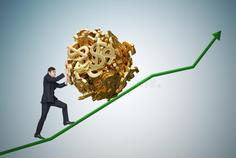 Metaphore Sisyphus Молодой бизнесмен увеличивает заработки и нажимает тяжелый валун сделанный символа доллара вверх на диаграмме стоковое изображение