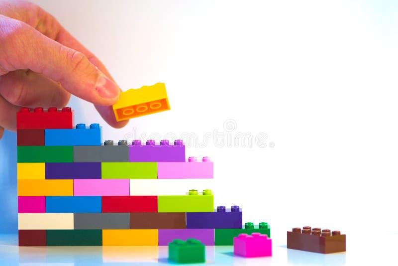 Metaphoric skott av leksaktegelstenväggen arkivfoto