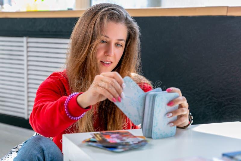 Metaphorische vereinigende Karten Beratung an der Aufnahme einer Psychologe Youngs-Frau hält eine Plattform in den Händen und wäh lizenzfreie stockfotografie