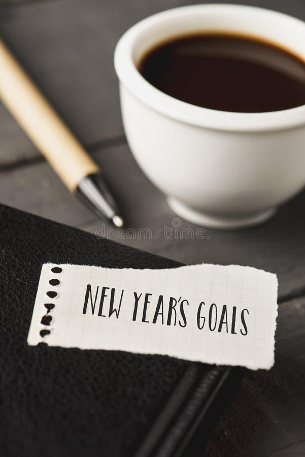 Metas de los Años Nuevos del texto en un trozo de papel fotos de archivo libres de regalías