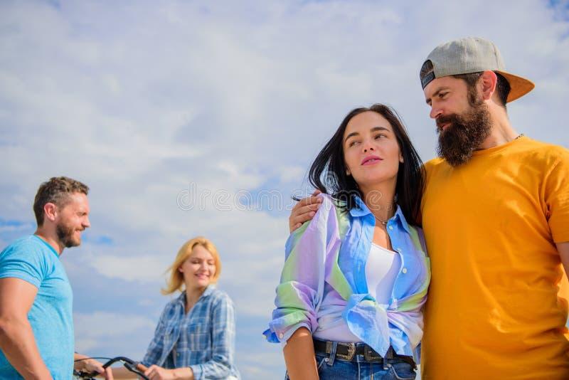 Metas a largo plazo de las relaciones Abrazo relajado del hombre y de la mujer feliz junto mientras que hombre en el intento del  imágenes de archivo libres de regalías