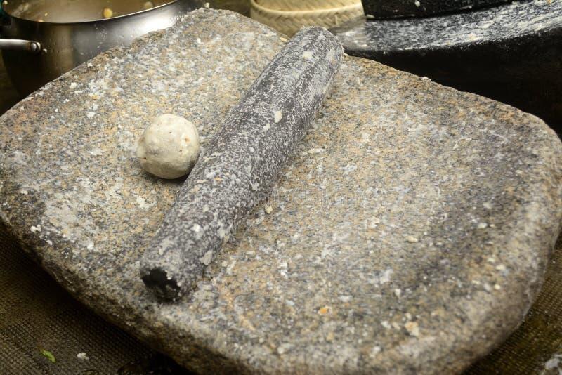 Metate, metlatl of mealing steen voor graan in Mexico stock foto