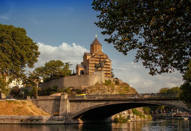 Metekhi教会和峭壁在河库纳河上 第比利斯,喂 图库摄影