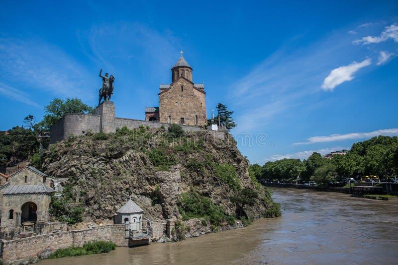 Metekhi教会和Vakhtang Gorgasali国王在第比利斯,乔治亚 库存图片