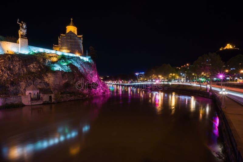 Metekikerk met rivier vooraan in tiflis bij nacht royalty-vrije stock fotografie