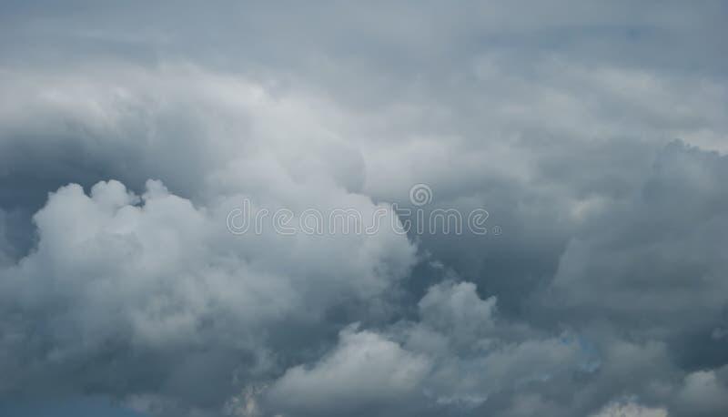Meteo di inclusione Cielo serrato da nuvole di pioggia cupe fotografie stock