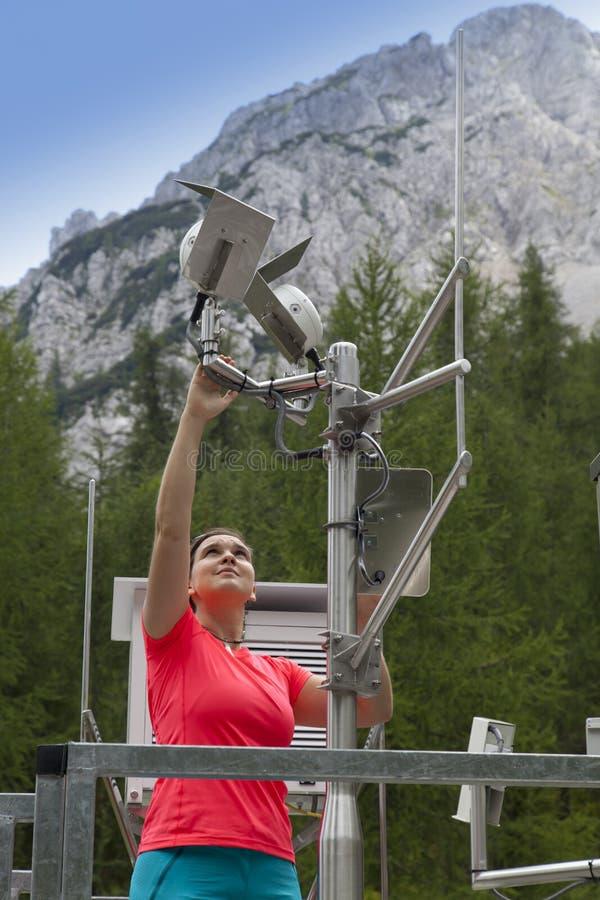 Meteodata de lecture de météorologiste de femme dans la station météorologique de montagne photos libres de droits