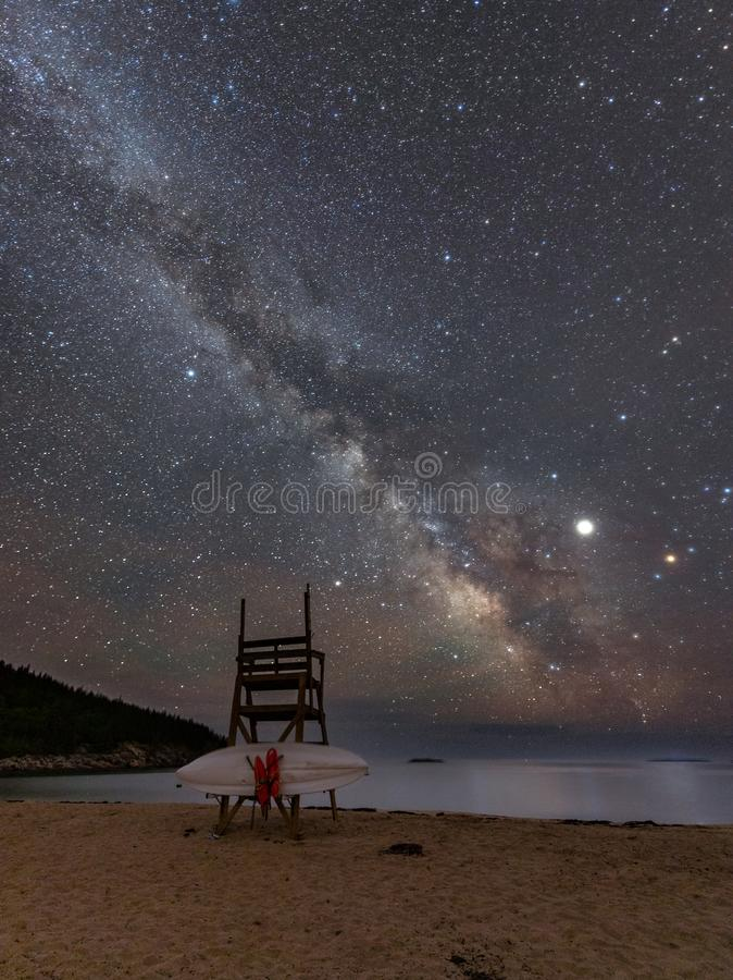 Meteor och att mjölka vägen i Acadianationalpark i Maine royaltyfria foton