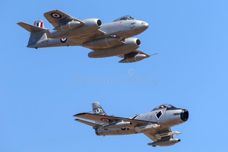 Meteora F di Gloster 8 aerei VH-MBX che conducono una sciabola F-86 nordamericano di CAC CA-27 nella formazione immagini stock libere da diritti