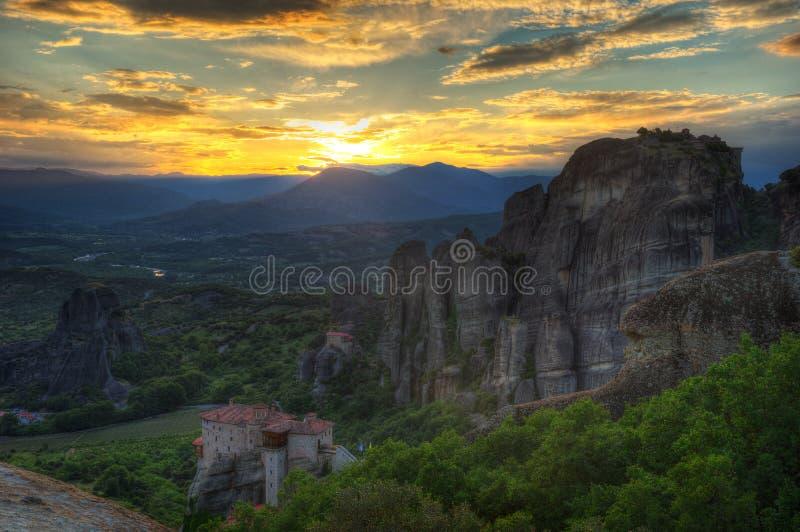 Meteora, Grécia - o monastério santamente de Saint Nikolas Anapafsas e monastério Roussanou imagens de stock royalty free
