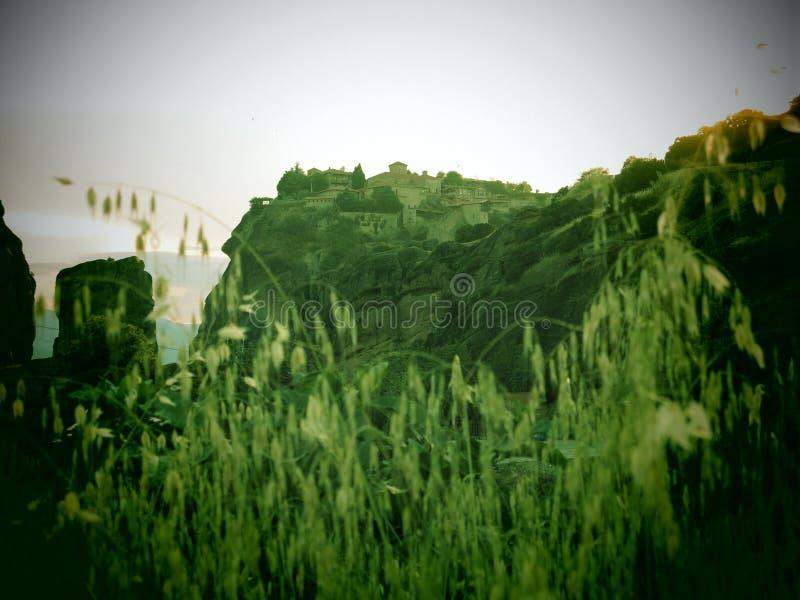Meteora Grekland kloster till och med gräsplan royaltyfria bilder