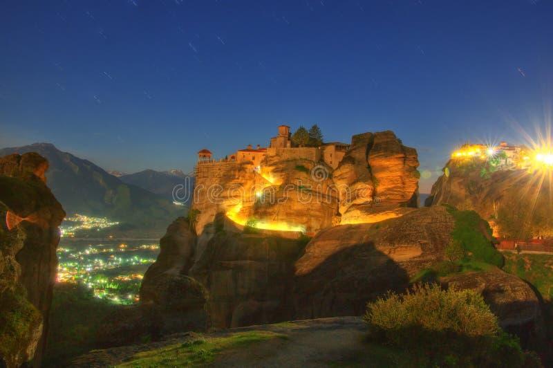 Meteora, Griechenland - Kloster-Heiliges Varlaam und großartiger Meteor bis zum Nacht stockfotos