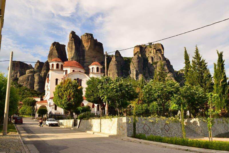 Meteora i Grekland klippor, kalambakasolnedgångkloster royaltyfria bilder