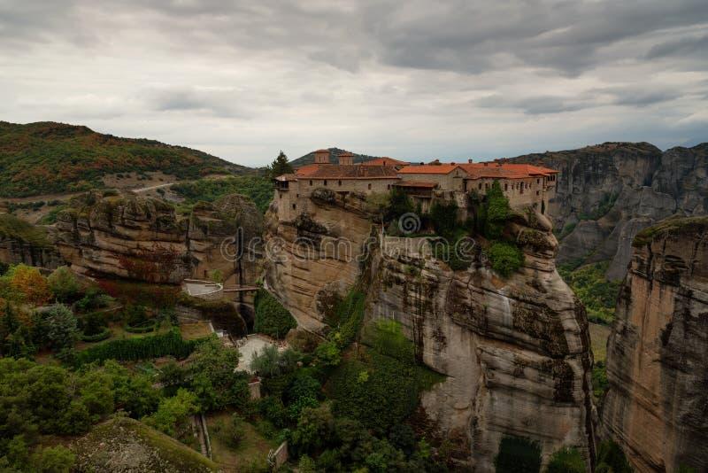 Meteorakloosters, Griekenland Kalambaka De Plaats van de Erfenis van de Wereld van Unesco Het kleurrijke Landschap van de Herfst  stock afbeeldingen