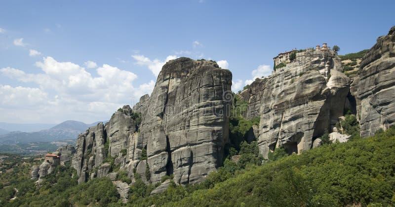 Meteorakloosters in Griekenland op de bovenkant van een berg stock foto's