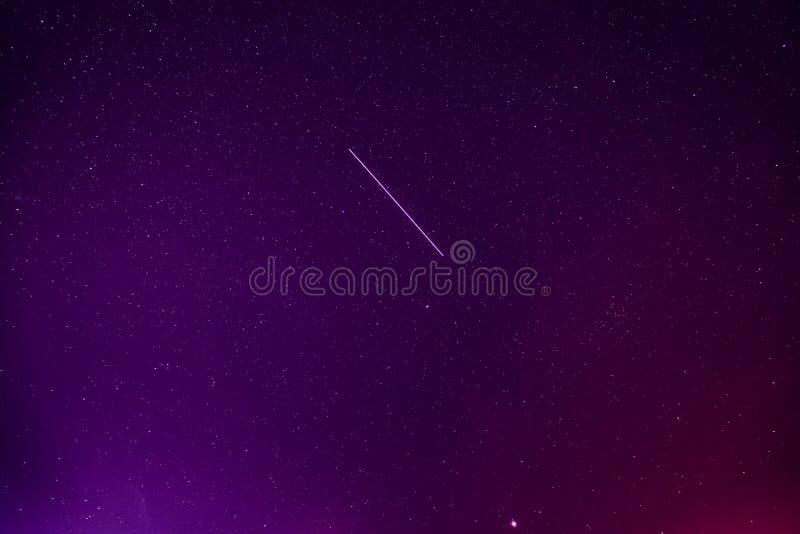 Meteoric ślad W Fiołkowej nocy nieba Gwiaździstym tle rozjarzone gwiazdy fotografia royalty free