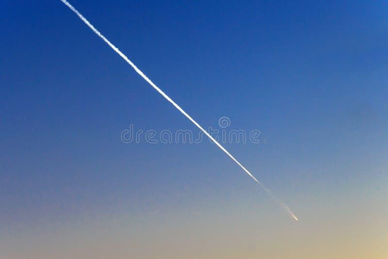 Meteoriet, komeet of dalende ster op de blauwe hemel stock afbeeldingen