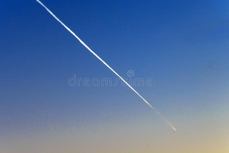 Meteorit, komet eller fallande stjärna på den blåa himlen arkivbilder