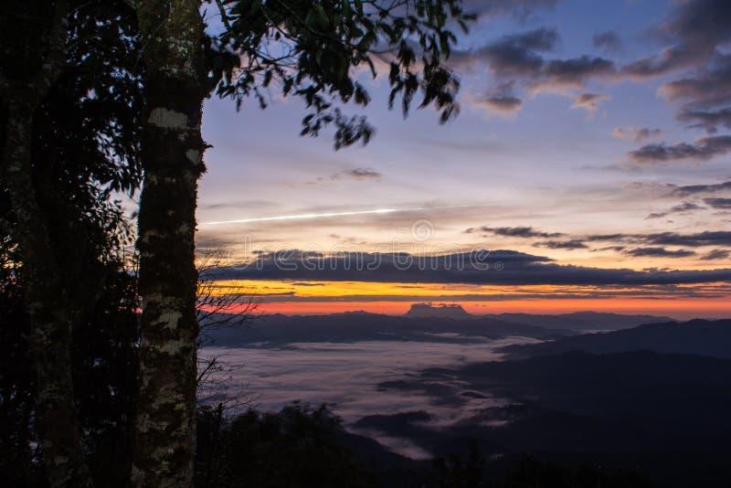 Meteorito com o mar da névoa com Doi Luang Chiang Dao imagem de stock