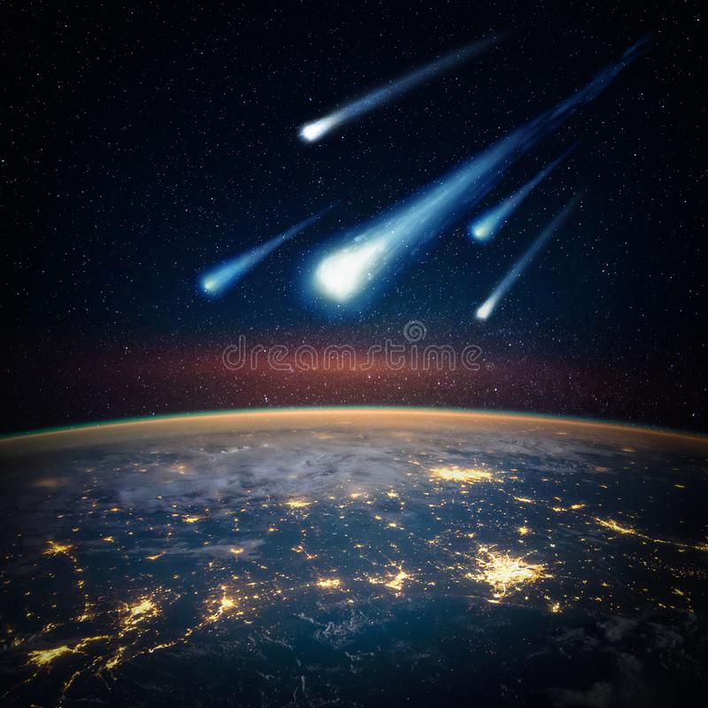 Meteorito de queda, asteroide, cometa na terra fotos de stock