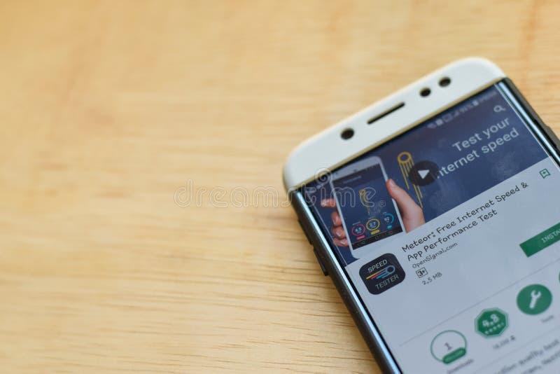 Meteorito: Uso libre del revelador de la velocidad de Internet y de la prueba de funcionamiento del App en la pantalla de Smartph foto de archivo