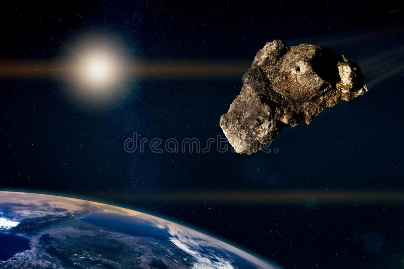 Meteoro que corre no céu estrelado, para a terra do planeta fotos de stock royalty free
