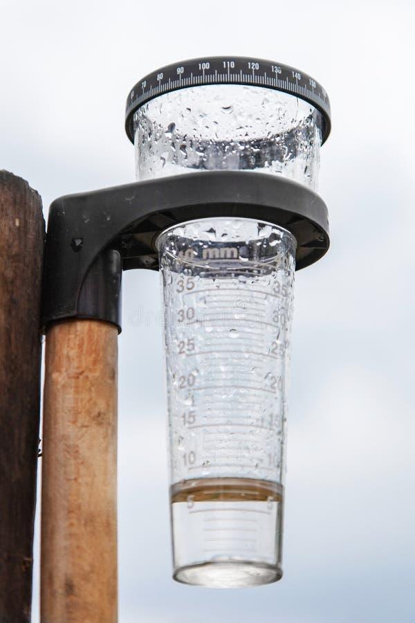Meteorologia z podeszczowym wymiernikiem w ogródzie zdjęcia stock