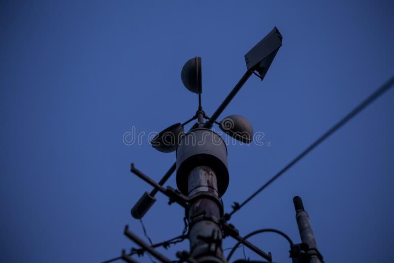 Meteorologiczny instrument - termometr dla pomiarowej prędkości i kierunku wiatr Meteorologiczna stacja w Belgrade fotografia royalty free