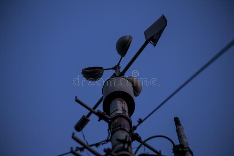Meteorologiczny instrument - termometr dla pomiarowej prędkości i kierunku wiatr Meteorologiczna stacja w Belgrade zdjęcia stock